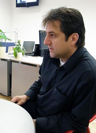 Petr Vitásek, v pozadí volná místa grafiků
