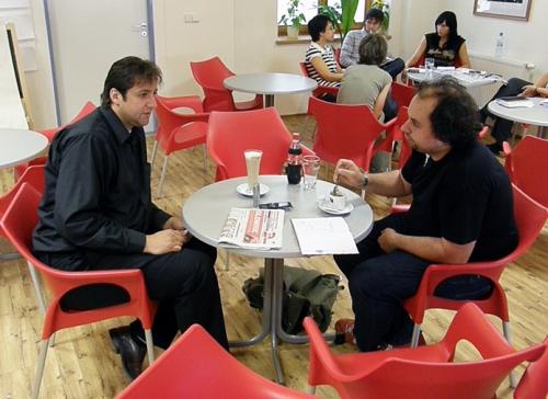 Petr Vitásek vlevo; v pozadí doznívající redakční porada