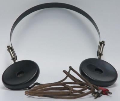 """Sluchátka ke krystalce byla samostatná kapitola. Dnešní """"špunty"""" k přehrávači MPtrojek by vám s krystalkou rozhodně nehrály. Krystalka nekompromisně vyžadovala sluchátka o impedanci 4K a vyšší, což je zhruba 100x víc, než mají dnešní moderní sluchátka používaná u miniaturních přehrávačů. Je to proto, že krystalka pracuje jen s energií nakmitanou na anténě, žádný jiný zdroj tento přijímač nemá. V té době ale jiná než vysokoimpedanční sluchátka /mimo telefonních/ stejně nebyla, takže nebylo co řešit."""