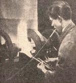 Rotační navařování prstencové anody na baňku elektronky RS 300. Foto z archivu firmy Telefunken
