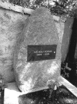 Hrob Ing. Rolfa Formise na hřbitově ve Slapech.