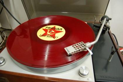 Obrázek k navození atmosféry. Deska je skutečná, není to koláž vyrobená Photoshopem, dokonce i hraje, gramofon taktéž. Je to parádní veterán, o tři roky starší než legendární Woodstock. Přesněji Thorens MK 141, ale to už odbočuji.