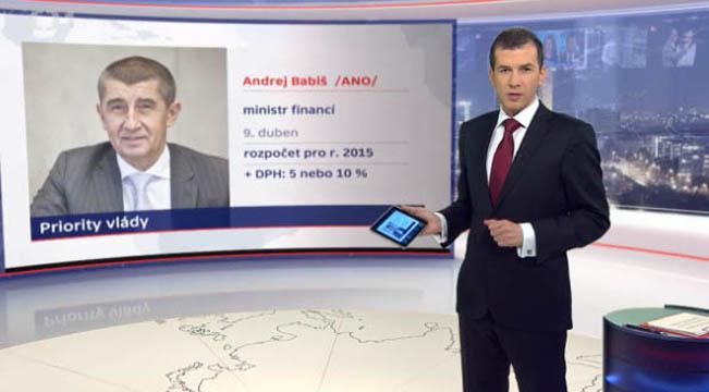 Moderátor Jakub Železný ovládá grafiku ve vysílání přes tablet, reprofoto ČT / RadioTV.cz