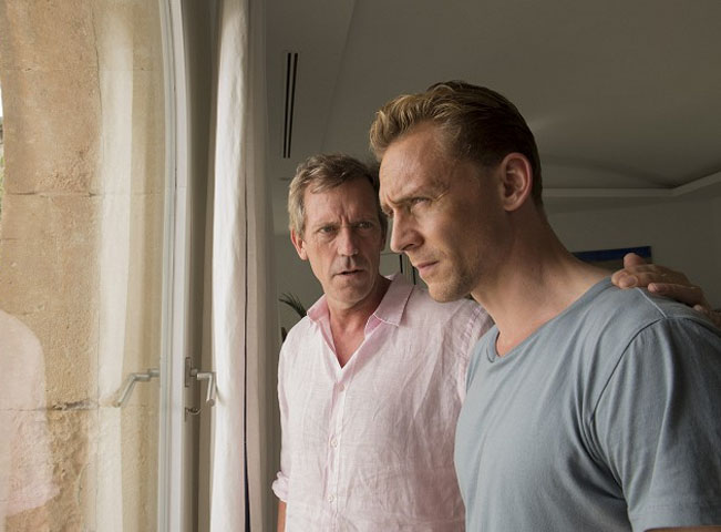 Hlavní hvězdy minisérie The Night Manager. Tom Hiddleston jako Jonathan Pine a Hugh Laurie jako Richard Roper. Foto poskytla: AMC Networks International CE