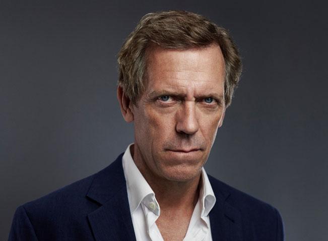 Životní postavou herce Hugh Laurieho je geniální lékař Dr. House. V novém seriálu ztvárnil postavu chladnokrevného obchodníka se zbraněmi Richarda Ropera. Foto: AMC Networks International CE