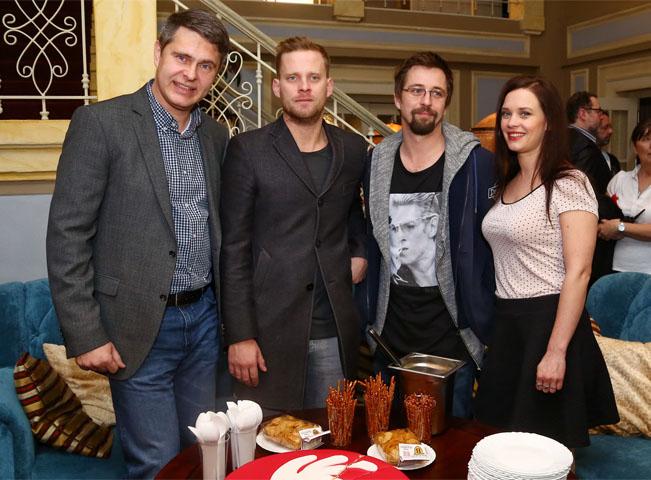 Hlavní hvězdy seriálu Ohnivý kuře a generální ředitel FTV Prima Marek Singer (vlevo). Foto: TV Prima