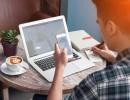 Nový způsob konzumace obsahu z novin - přes notebook, mobil a tablet. Ilustrační foto Shutterstock.com