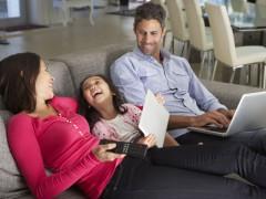 Moderní televizní rodina - vedle klasické televize mohou jednotliví členové domácnosti sledovat vysilání i na notebooku nebo tabletu. Ilustrační foto Shutterstock.com