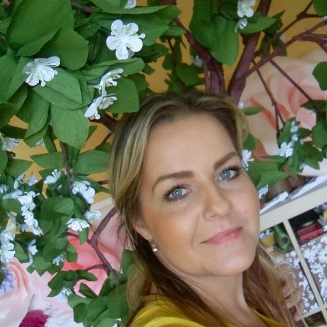 Moderátorka Radia Čas, Lucie Bielaková, pod svou ručně vyráběnou třešní. Foto: Rádio Čas