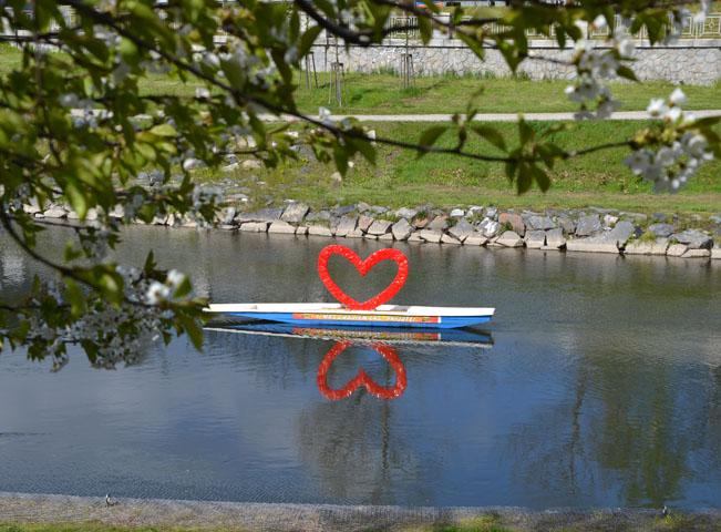 Uprostřed řeky zaparkovaná lodička poutá pozornost kolemjdoucích a zve na akci Radia Čas. Foto: Rádio Čas