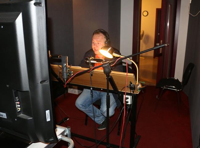 Herec Radovan Vaculík v dabingovém studiu S Pro Alfa