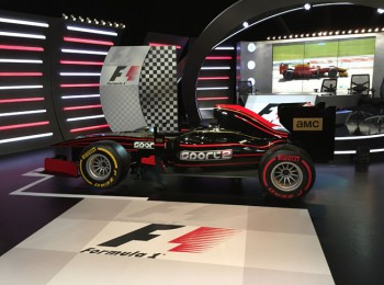 Studio Formule 1 s monopostem a dekoracemi. Foto pro RadioTV.cz - Martin Petera