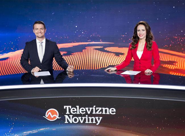 Multifunkční studio TV Markíza z roku 2017. V popředí moderátoři hlavní zpravodajské relace Lenka Vavrinčíková a Viktor Vincze. Zdroj: TV Markíza