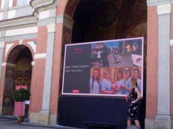Programová ředitelka skupiny Nova Alex Ruzek osobně prezentovala podzimní programové pilíře na tiskové konferenci v Ledeburské zahradě. Ilustrační foto Juraj Koiš (mobilním telefonem)