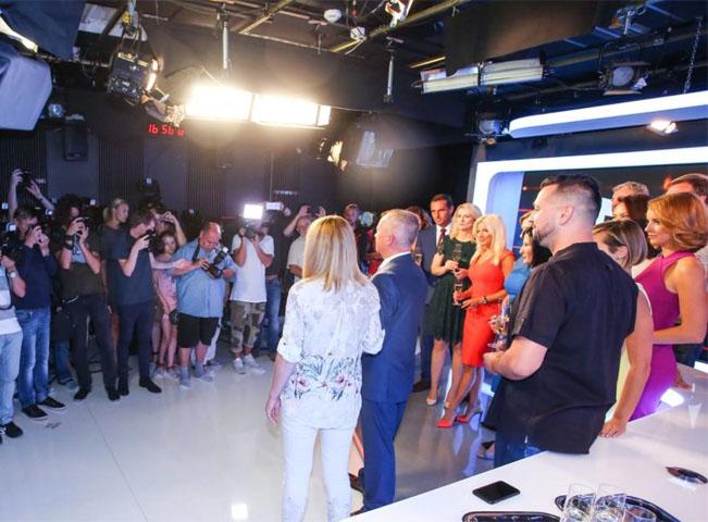 Osobnosti ve zpravodajském studiu TV Prima. Zdroj: FTV Prima