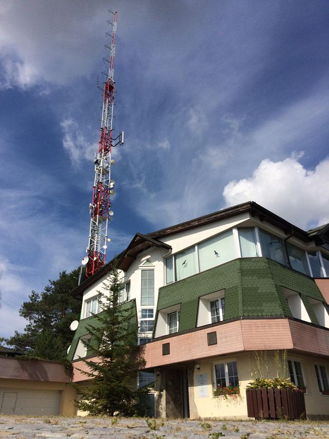 Budova Rádia Zlín. Vysílač v pozadí. Zdroj: Rádio Zlín