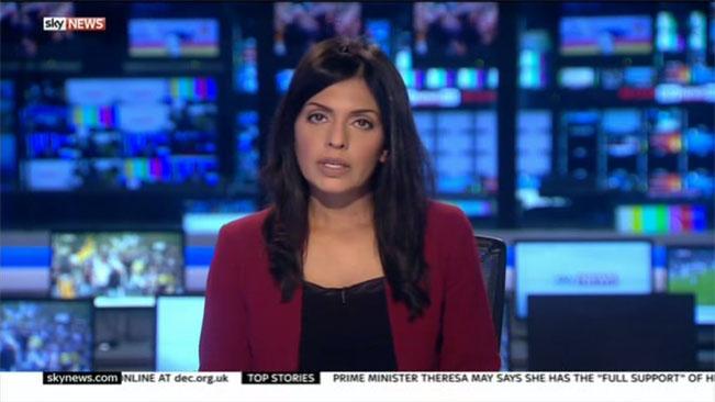 Ukázka vysílání britské zpravodajské televize Sky News. Zde dominuje news ticker na bílém pozadí a logo je nahoře vlevo.