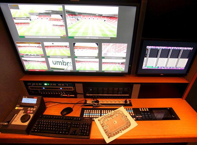 Pohled na improvizované pracoviště fotbalových videorozhodčích v ČR. Foto: O2 TV