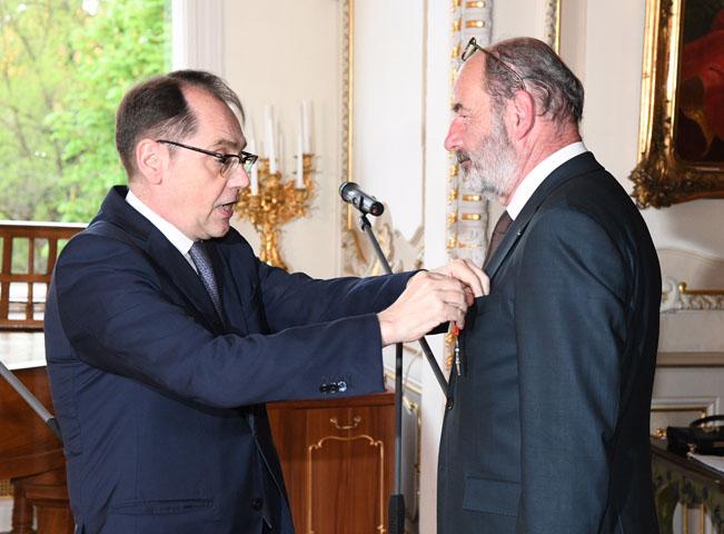 Velvyslanec Francouzské republiky Roland Galharague vyznamenal Michela Fleischmanna. Fotografii poskytla společnost Lagardere Active ČR