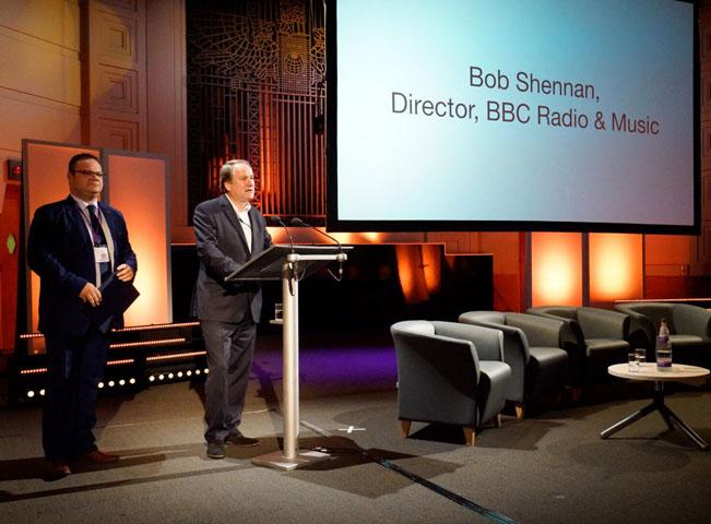 Ředitel BBC Radio & Music Bob Shennan vystupuje na konferenci ČRo a BBC vedle ředitele Českého rozhlasu René Zavorala. Foto: Český rozhlas - Khalil Baalbaki