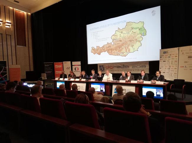 Fotografie z první panelové diskuze na konferenci DIGIMEDIA 2018. Ilustrační foto RadioTV.cz (foceno mobilním telefonem)