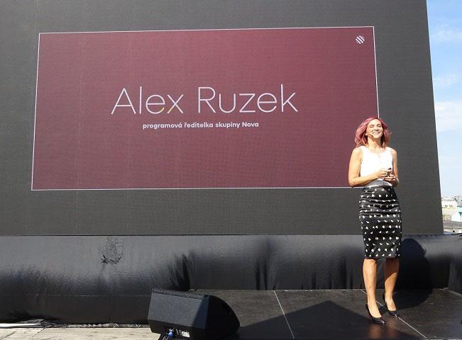 Programová ředitelka skupiny Nova Alex Ruzek představuje programové novinky pro podzimní sezónu 2018. Foto: Martin Petera pro RadioTV (foceno mobilním telefonem)