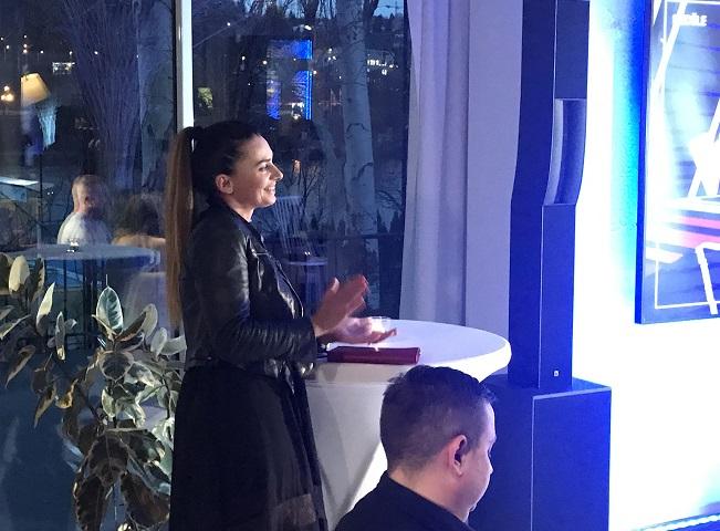 Alice Bendové sleduje ze zákulisí tiskovou konferenci, diváci ji uvidí v seriálu Kameňák, 17. ledna 2019, autor: Martin Petera (foceno na mobil)