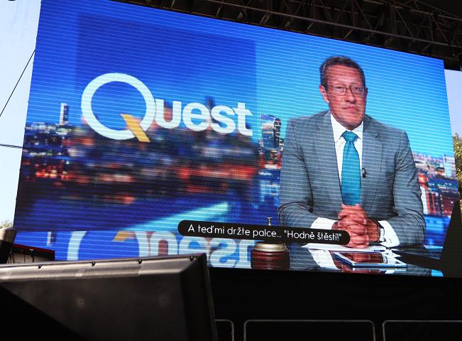 Moderátor CNN Richard Quest zdraví přítomné hosty, foto: Martin Petera