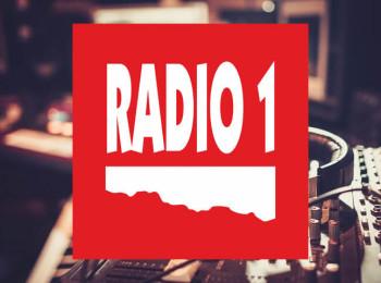 Nové logo alternativní stanice Radio 1 na pozadí ilustrační fotografie z fotobanky Shutterstock.com