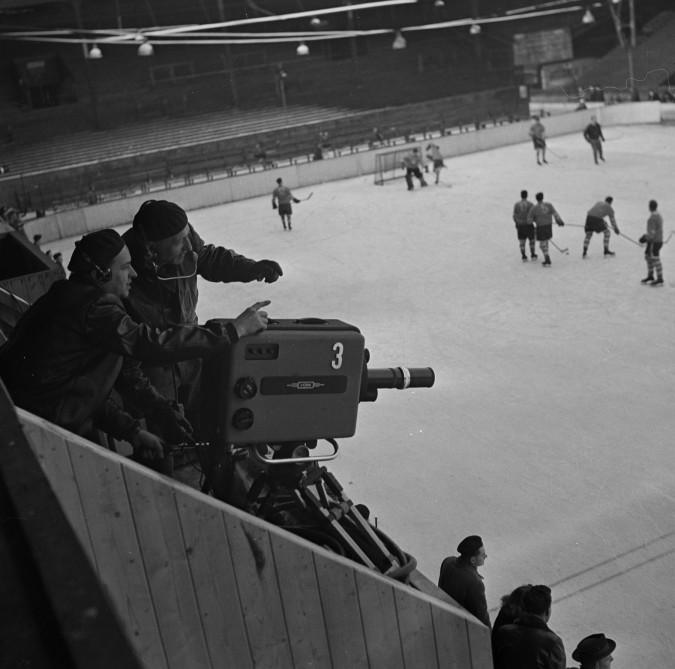 První přenos ze zimního stadionu, sportovní přenos ze stadionu Štvanice, datum pořízení 11 února 1955