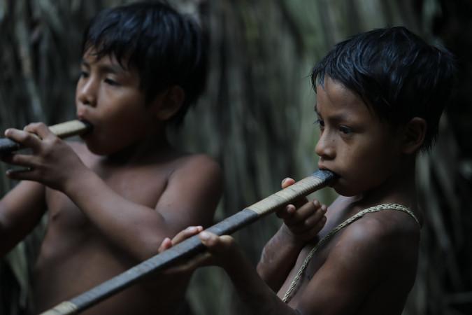 Synové při cvičné střelbě z foukaček na cíl
